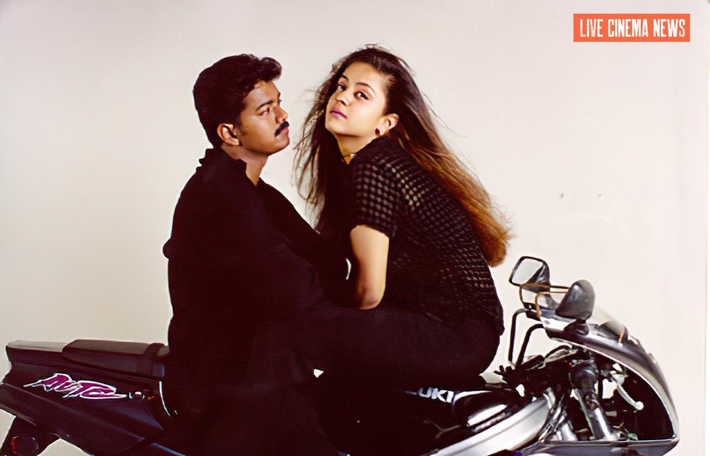 குஷி திரைப்படத்தில் விஜய் ஜோதிகா பைக்கில் அமர்ந்திருக்கும் காட்சி